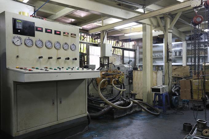 Lắp bơm thủy lực vào máy test áp thử tải